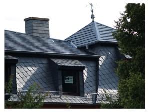 Mansardendach mit Gauben und Turm