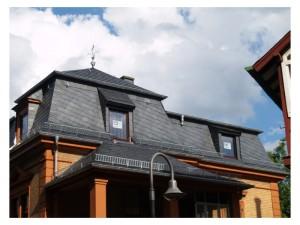 Wohnhaus mit Naturschiefer und Metalldachschindeln